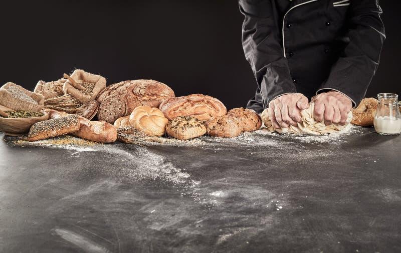 面包的贝克或厨师揉的面团 库存图片