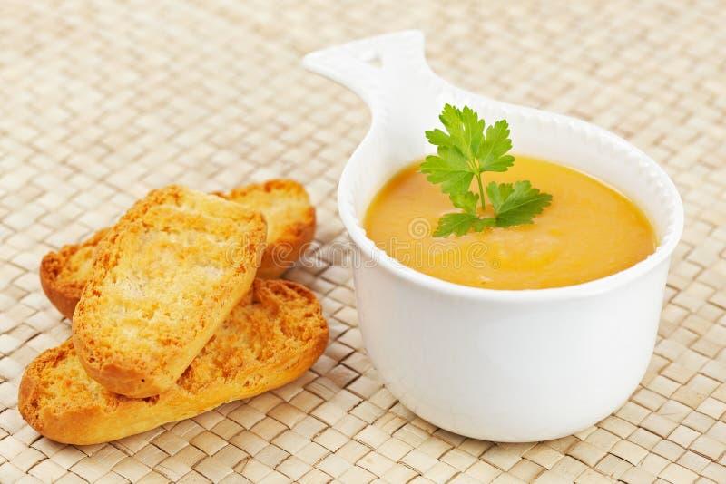 面包红萝卜奶油油煎方型小面包片汤 免版税库存照片