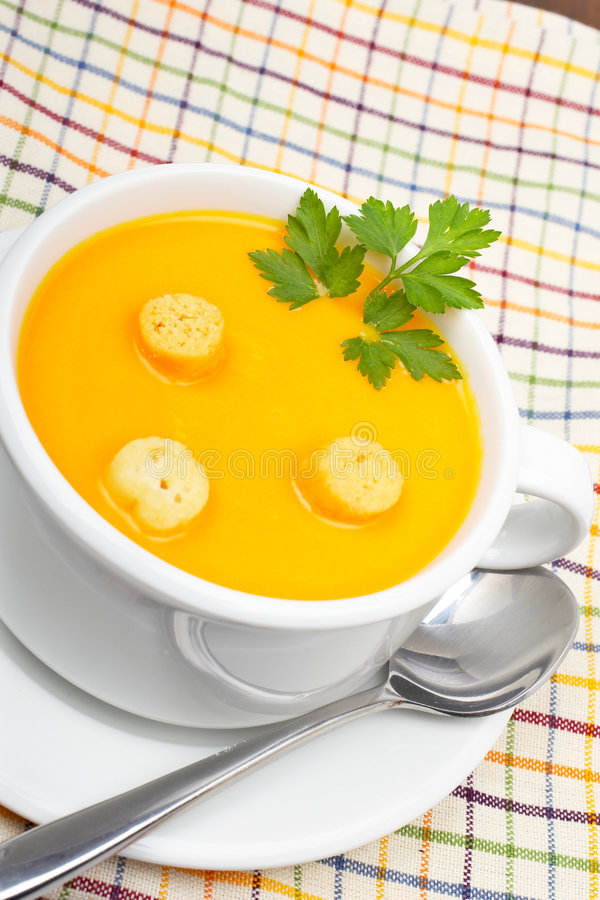 面包红萝卜油煎方型小面包片纯汁浓汤 库存图片