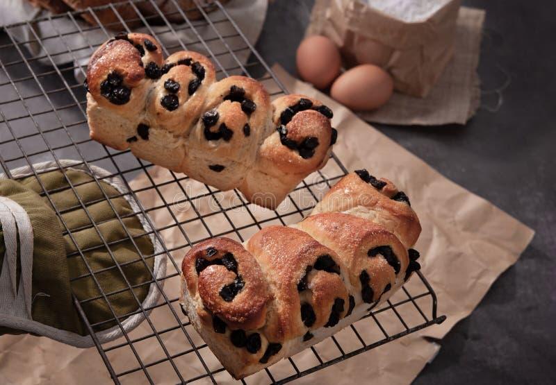面包自创鸡蛋撒粉于袋子 库存照片