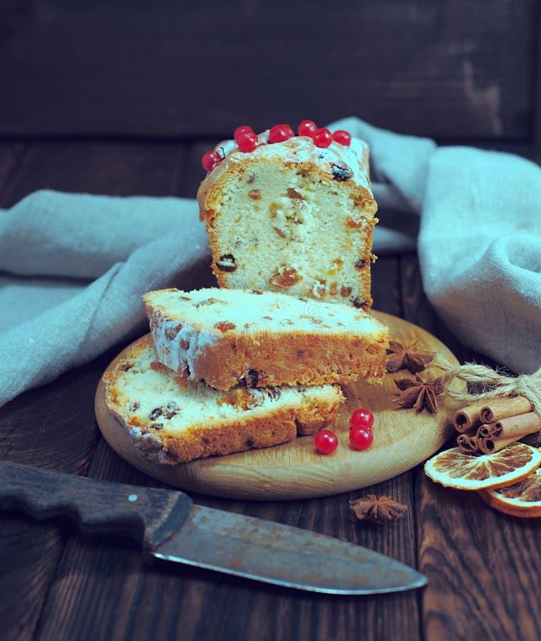 面包蛋糕用葡萄干和干果子 图库摄影