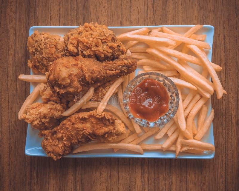 面包酥脆油煎的肯塔基鸡鲜美晚餐 食家主菜的关闭与酥脆炸鸡的晚餐的 库存图片