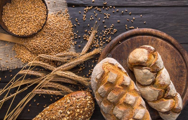面包面包店背景 布朗和白色麦子五谷大面包构成 库存照片