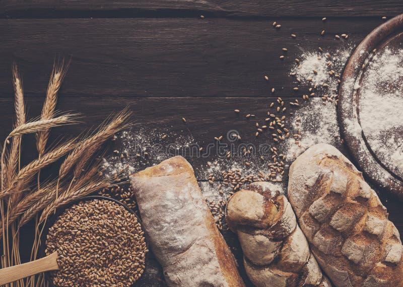 面包面包店背景 布朗和白色麦子五谷大面包构成 免版税库存照片