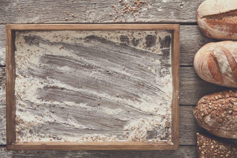 面包面包店背景 布朗和白色麦子五谷大面包comp 库存照片
