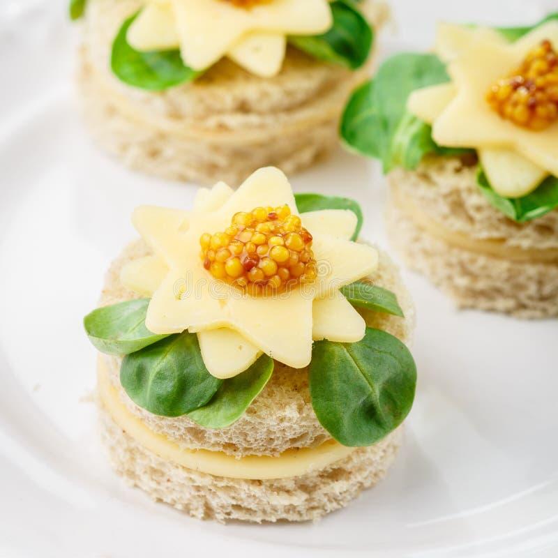 面包食家canapés用乳酪、草本和甜芥末 食家的鲜美快餐一块白色板材的 antonia 有选择性 免版税库存图片