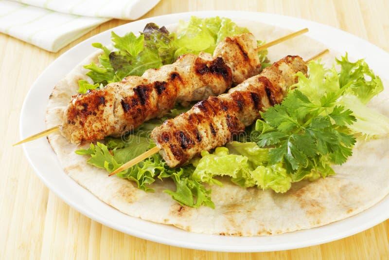 面包鸡kebabs pita沙拉 库存图片