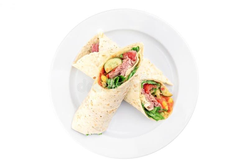 面卷饼用肉和菜在白色背景隔绝的一块白色板材 免版税库存照片