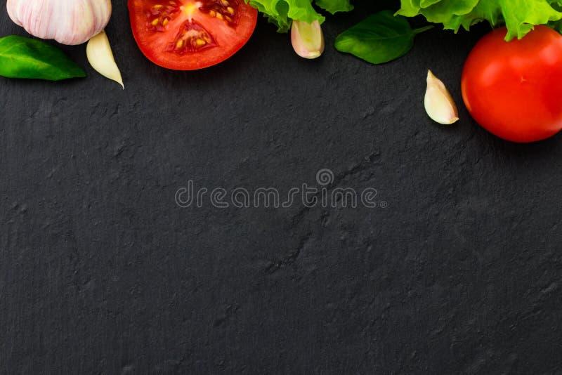 面团、菜、草本和香料意大利食物的在黑ba 库存照片