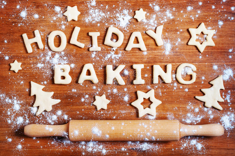 面团和圣诞节曲奇饼信件在桌上 图库摄影