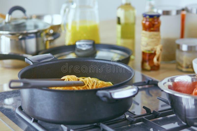 面团在叉子滚动了在火炉的平底锅在厨房里 库存图片