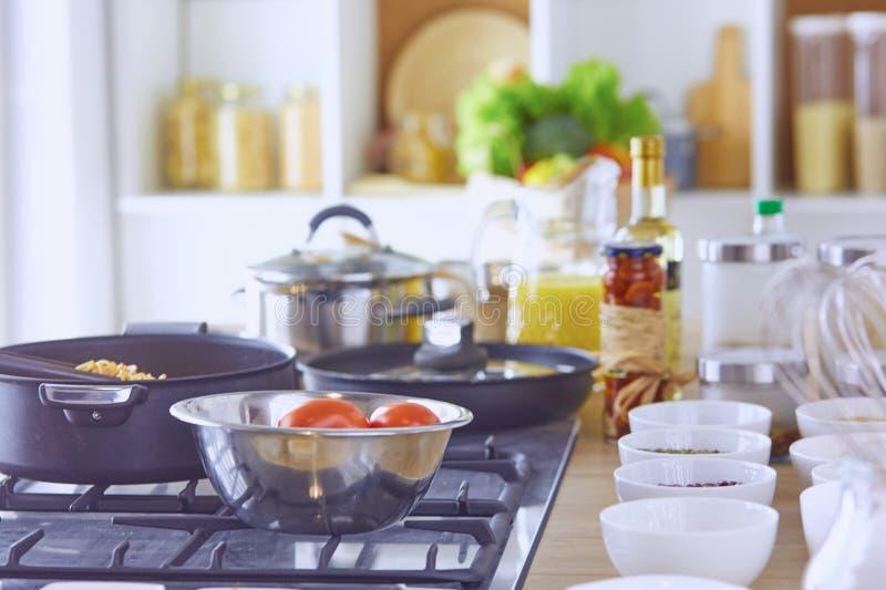面团在叉子滚动了在火炉的平底锅在厨房里 免版税库存照片