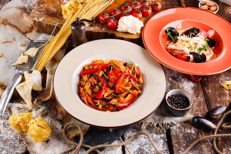 面团用新鲜的海鲜和意粉用西红柿酱,成份烹调的,蕃茄 免版税图库摄影