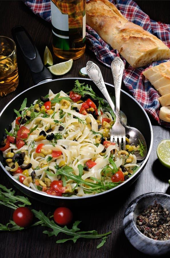 面团用橄榄和蕃茄 免版税图库摄影