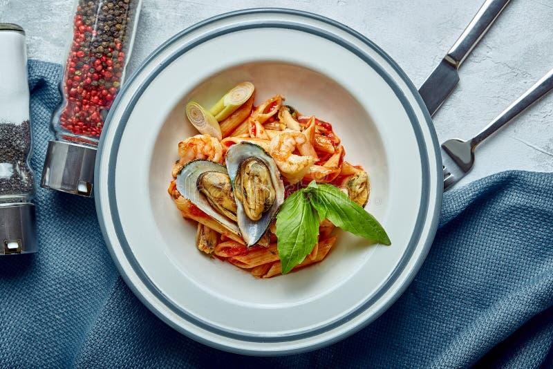 面团用海鲜和西红柿酱 佩纳用虾,章鱼,淡菜,在西红柿酱的Vongli与蓬蒿 库存照片