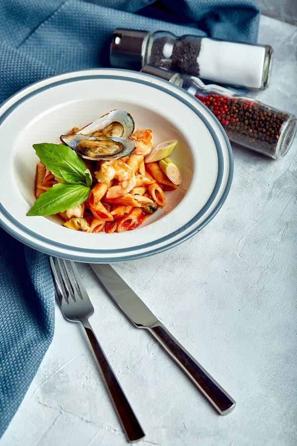 面团用海鲜和西红柿酱 佩纳用虾,章鱼,淡菜,在西红柿酱的Vongli与蓬蒿 库存图片