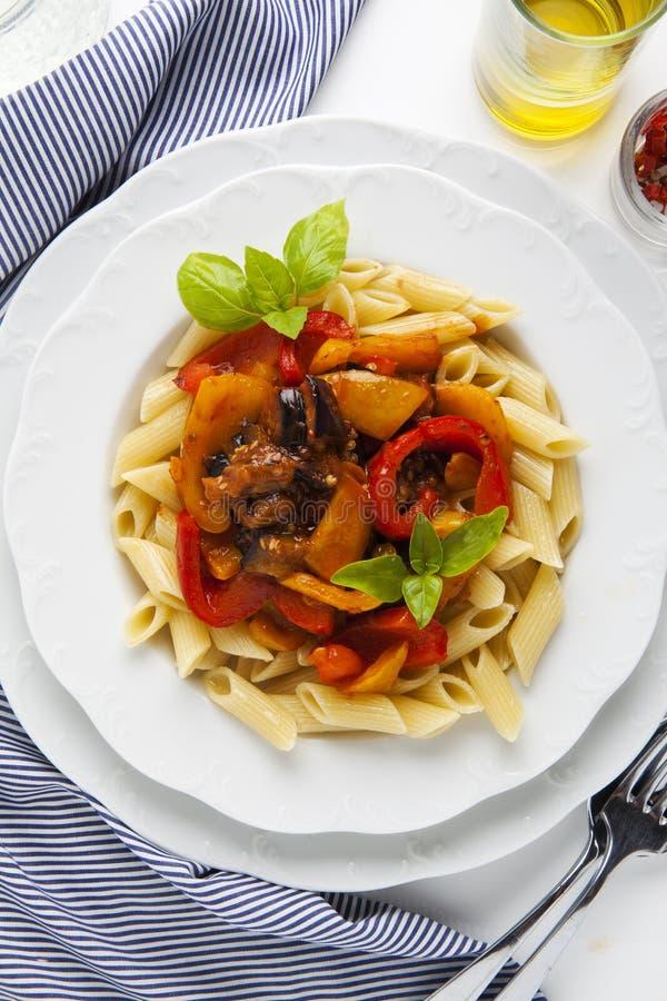 面团用烤甜椒和茄子在白色 健康 库存图片