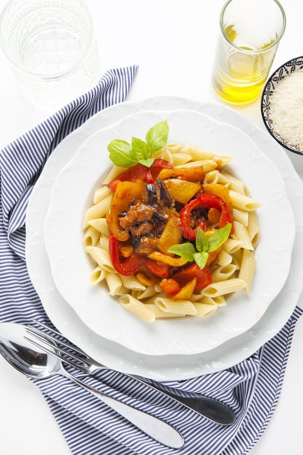面团用烤甜椒和茄子在白色 健康 免版税库存图片