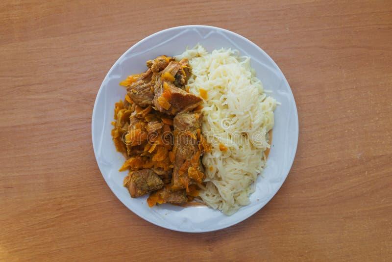 面团用猪肉炖煮的食物和和红萝卜 免版税库存照片
