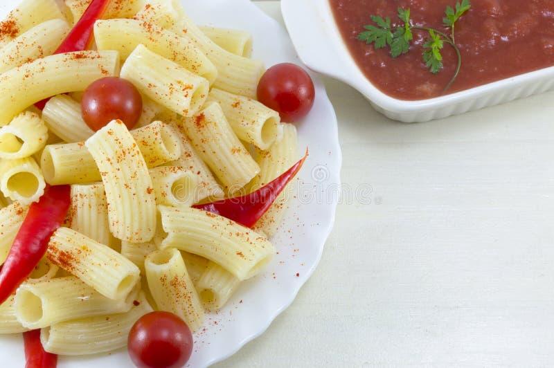 面团用西红柿和红辣椒服务用蕃茄s 库存图片