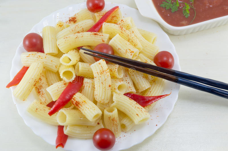 面团用西红柿和红辣椒服务用蕃茄s 库存照片