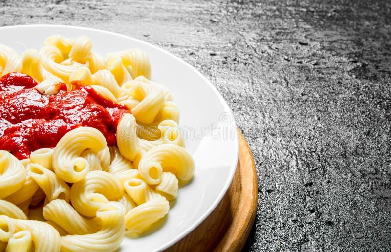 面团用西红柿酱 免版税图库摄影