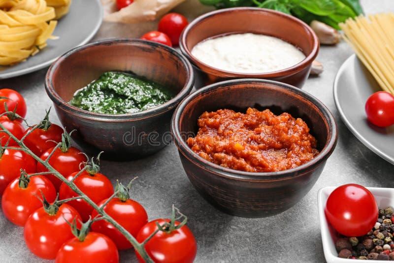 面团的可口pesto,博洛涅塞和白汁 库存图片