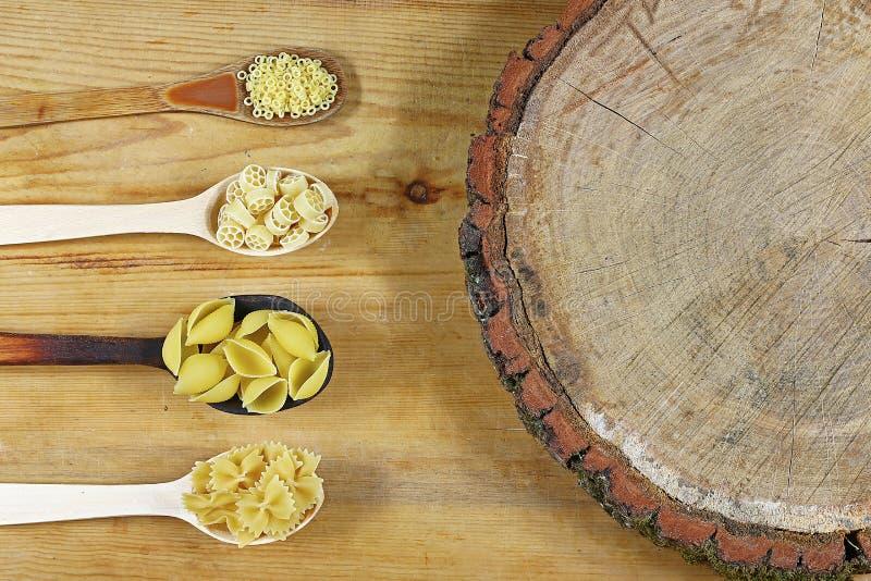 面团的各种各样的混合在木土气,树桩背景、木匙子、饮食和食物概念,顶视图的,与您的商标的空间 库存图片