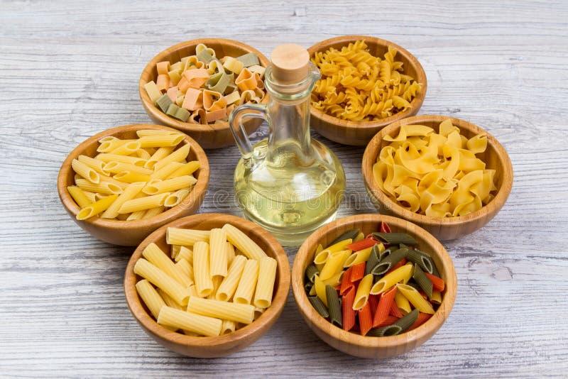 面团的各种各样的组合在木背景的,粗麻布袋,竹碗 饮食和营养概念 库存图片