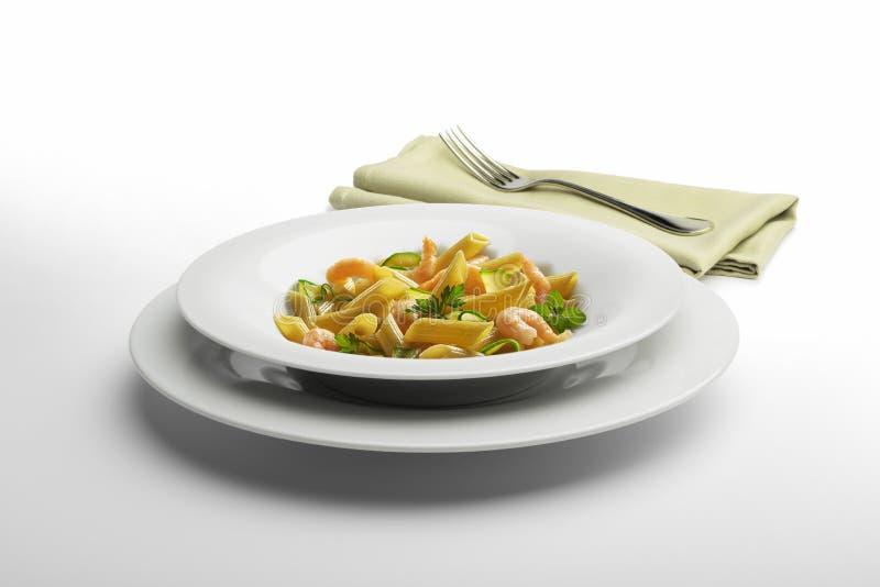 面团盘Penne虾和菜与餐巾和叉子 图库摄影