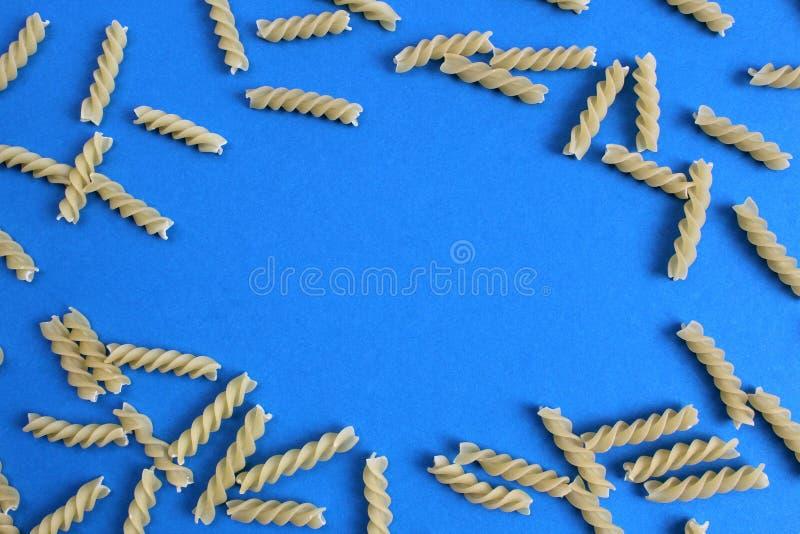 面团纹理以一个螺旋的形式在蓝色背景 免版税库存照片