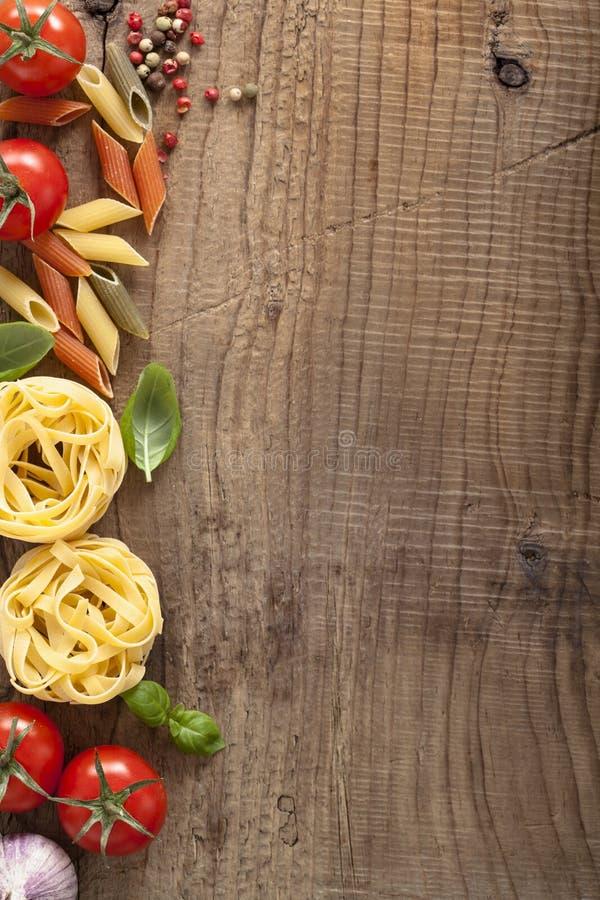 面团蕃茄在木背景的蓬蒿框架 免版税库存图片