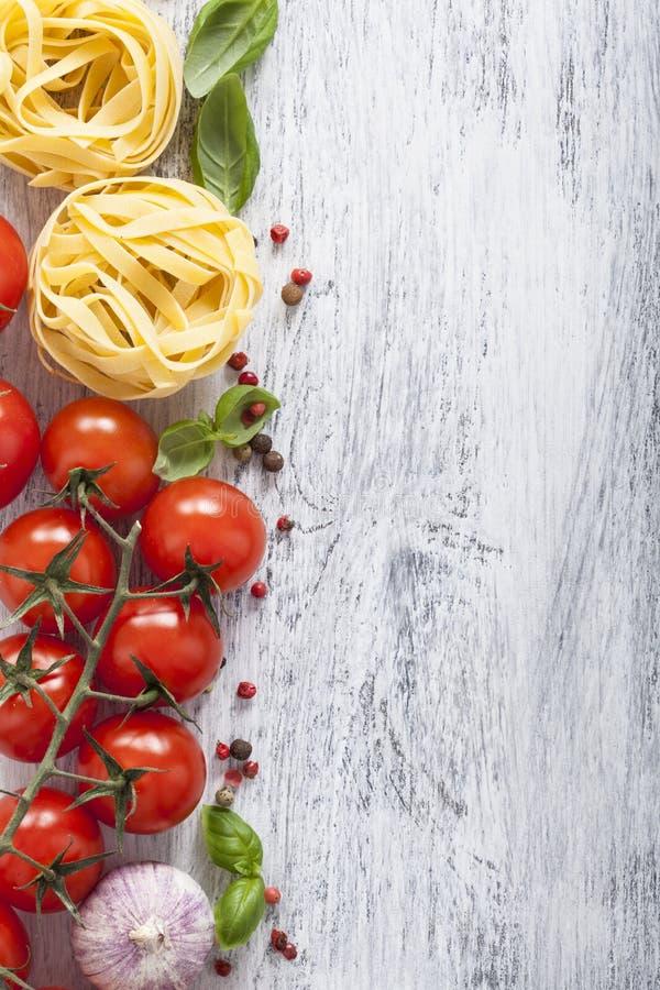 面团蕃茄在白色木背景的蓬蒿框架 库存图片