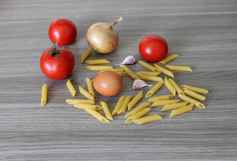 面团蕃茄弓大蒜蛋食物frisch 库存图片