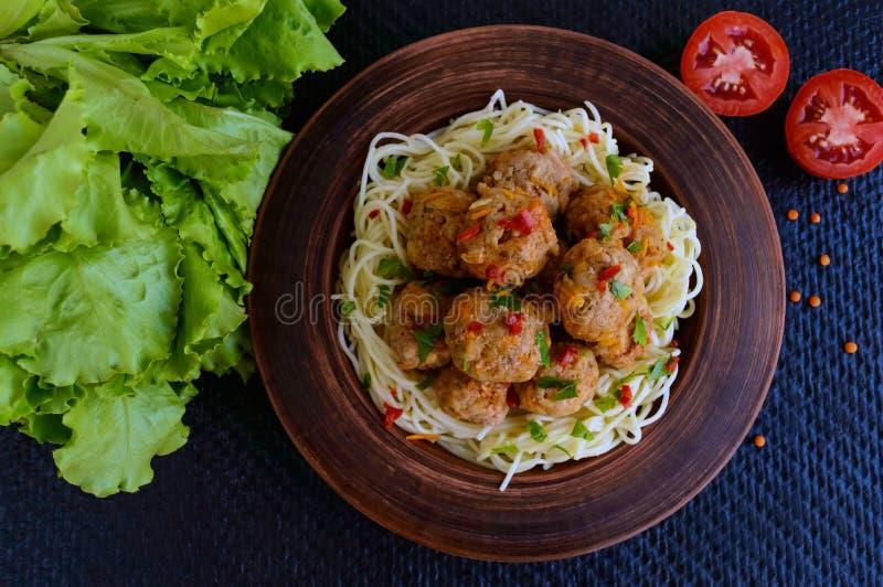 面团& x28; spaghetti& x29;在黏土碗的肉丸在黑暗的背景 库存照片