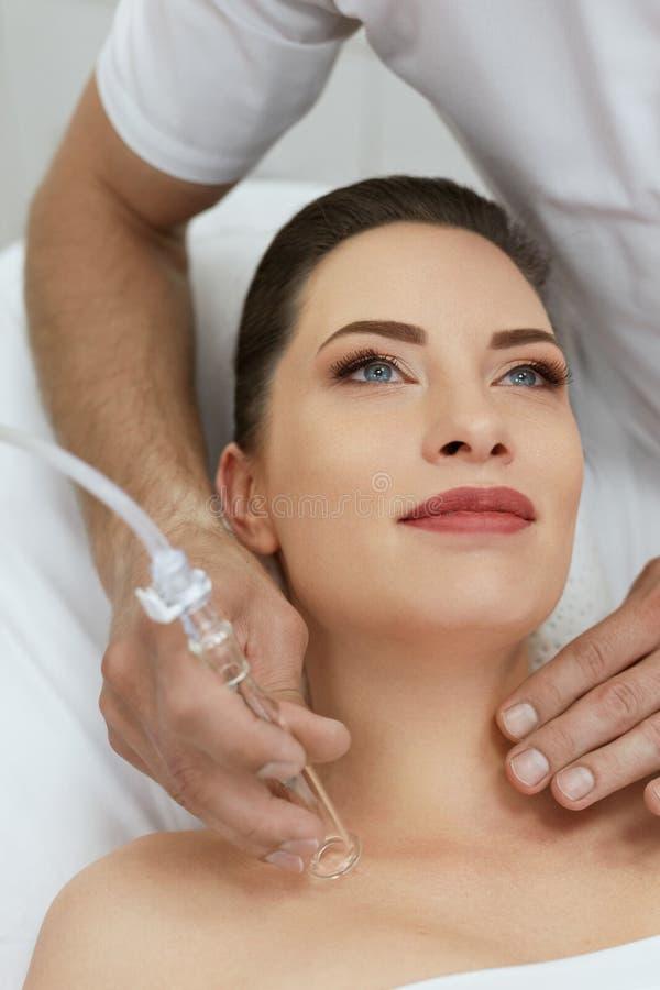 面孔在秀丽诊所的皮肤清洁 妇女得到真空治疗 免版税库存图片