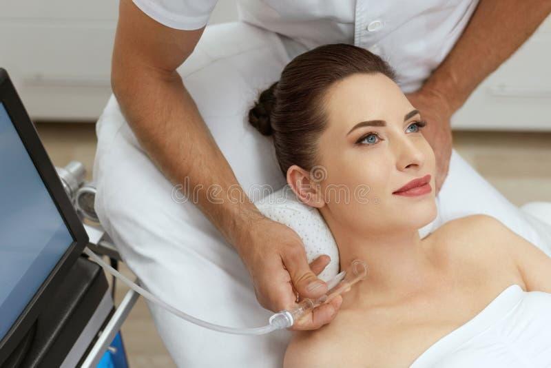 面孔在秀丽诊所的皮肤清洁 妇女得到真空治疗 库存图片