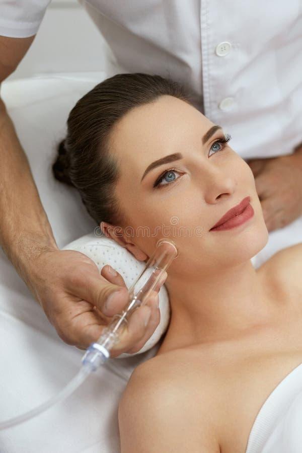 面孔在秀丽诊所的皮肤清洁 妇女得到真空治疗 免版税图库摄影