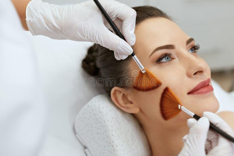 面孔护肤 妇女可及刷子治疗秀丽诊所 库存照片