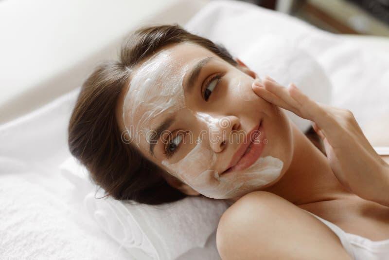 面孔护肤 有面部化妆面具的美丽的妇女在温泉 库存图片