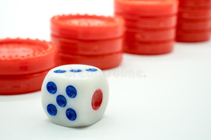 面对反对红色硬币上升的堆的模子的一个最大数字 库存照片