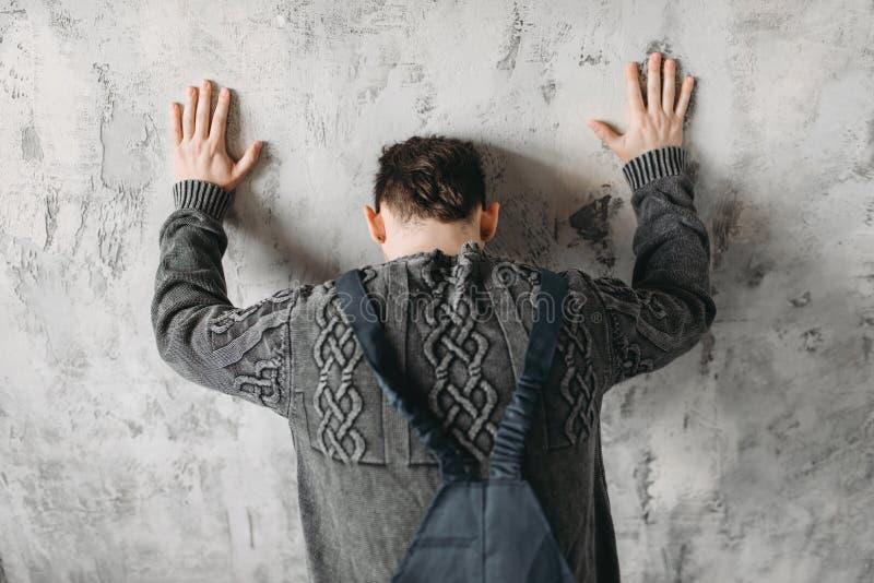 面对墙壁,孤独性综合症状的自我中心立场 免版税库存照片