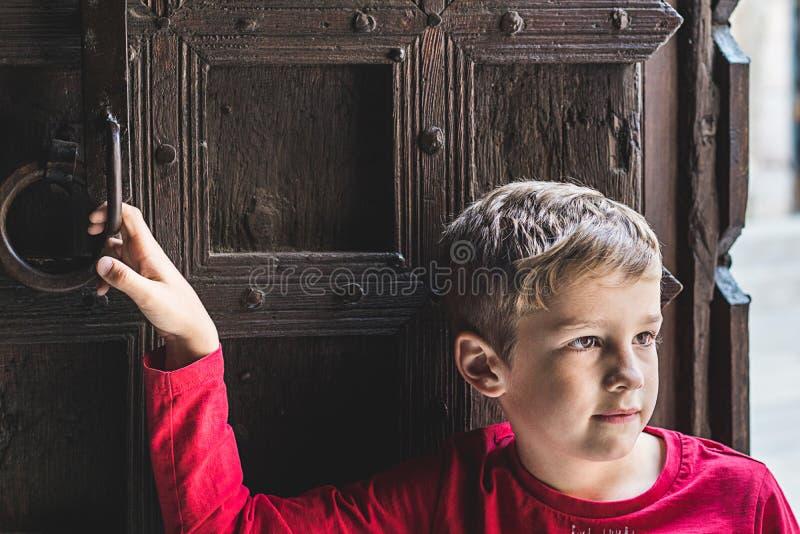 面对天际的一个白肤金发的孩子的画象 库存照片
