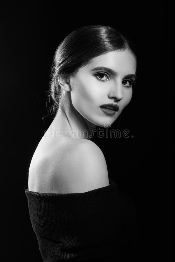 面对她俏丽的感人的妇女年轻人 应用关心皮肤透明油漆 免版税图库摄影