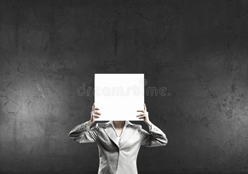 面对她隐藏的妇女 库存照片