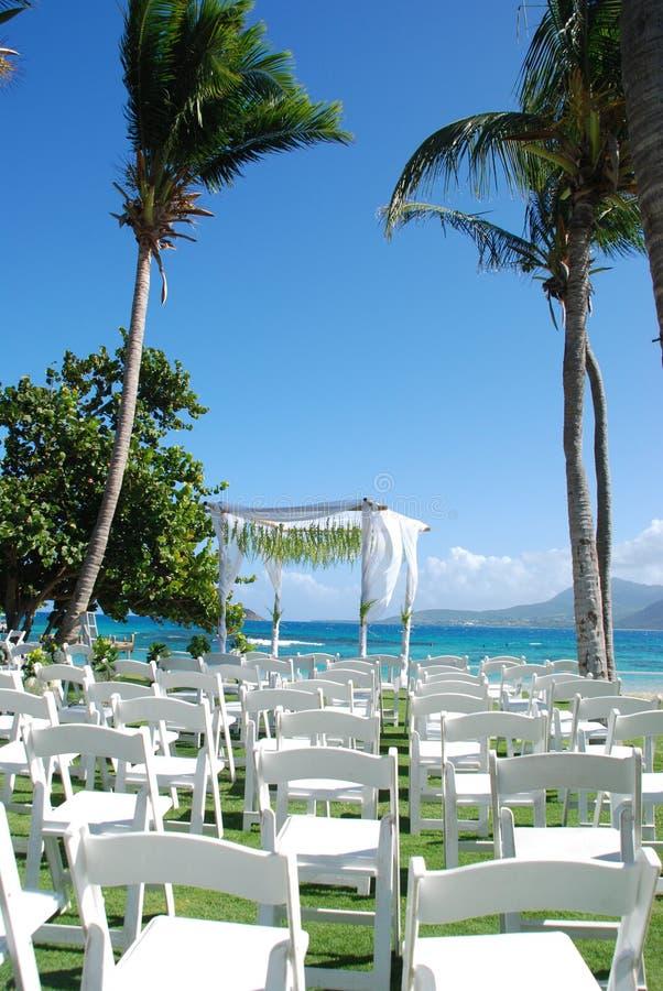 面对尼维斯岛热带婚礼的海滩睡椅 库存图片
