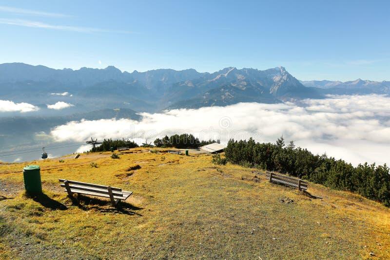 面对山楚格峰的美好的全景一个长木凳的看法 免版税图库摄影