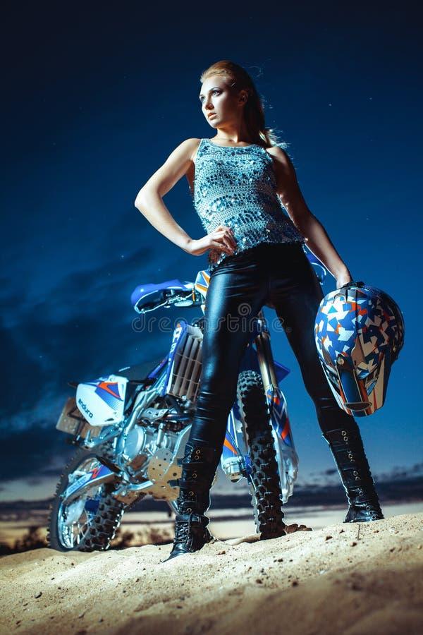 面对摩托车的女孩 免版税库存图片