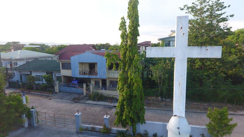 面对日出的十字架 公园地方村庄教堂 免版税库存照片