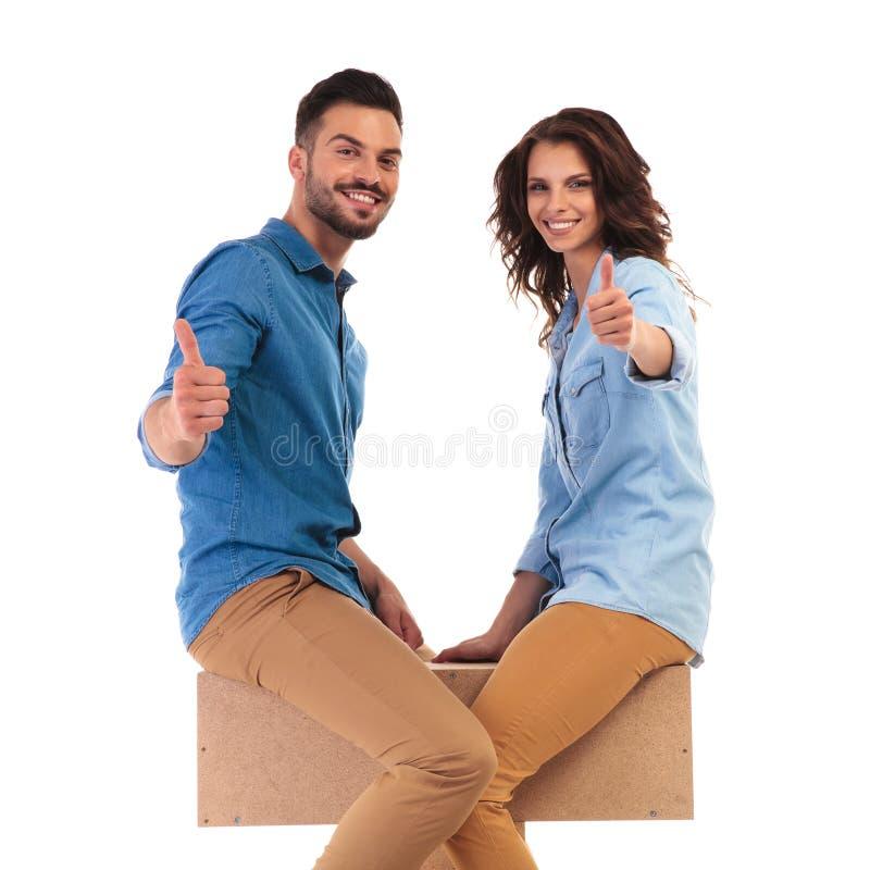 面对的供以座位的夫妇一起做好标志 免版税库存图片